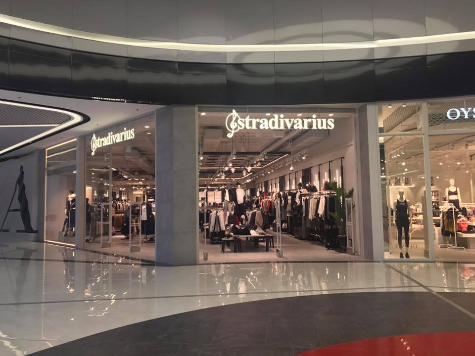 1f53c196a ... в Украине. Помимо Киева, сеть Stradivarius в стране представлена  торговыми точками в Одессе, Львове, Днепре, Виннице, Черкассах, и Харькове.  В общей ...