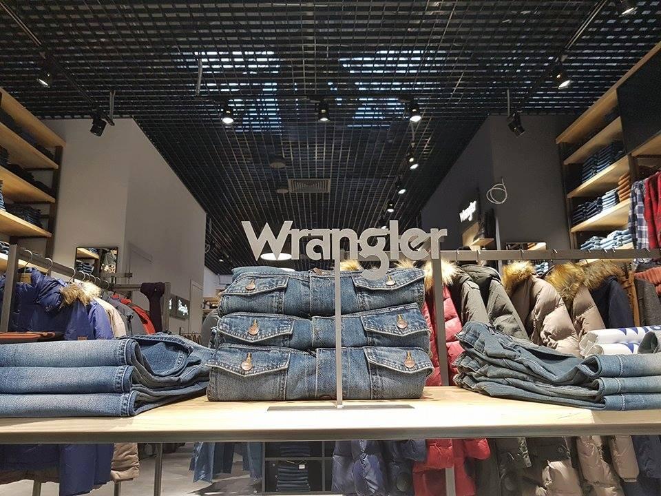 4d02c8ecc4371c В асортименті магазину представлені останні колекції провідних світових  джинсових марок, а також одяг в стилі Casual – куртки, светри, сорочки,  футболки, ...