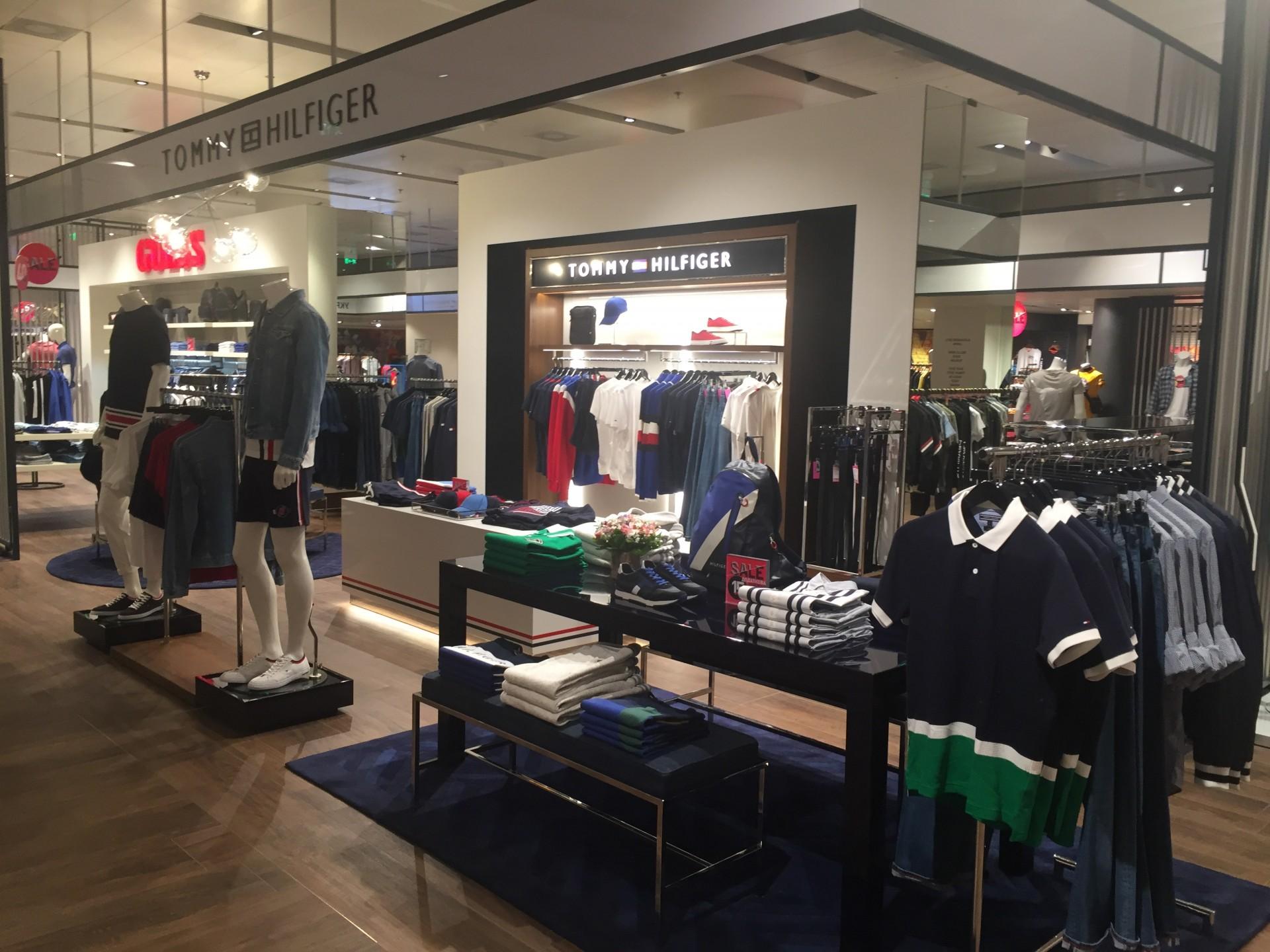 Tommy Hilfiger – это американский бренд, производящий одежду, обувь,  парфюмерию, аксессуары, часы и различные кожаные изделия. Первая коллекция  бренда была ... d802501e02d