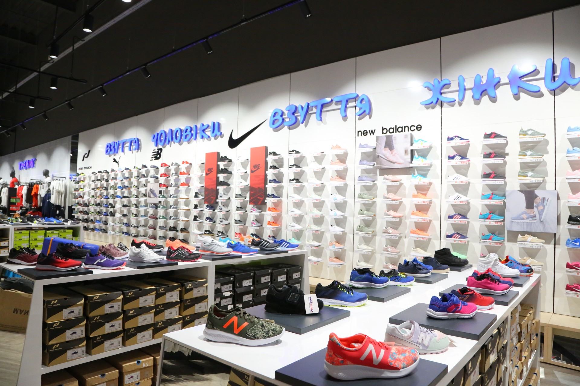 897a24f4ea29de Магазин сегментований за категоріями спорту, за чоловічим, жіночим і  дитячим відділами. Тут представлений дуже широкий вибір взуття.