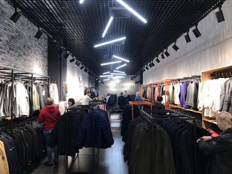 Бренд Staff Clothes був заснований в 2013 році. Тоді відбулося відкриття  фабрики в Рівному з випуску осінніх курток. Зараз магазини бренду працюють  у ... 4cc5471c7413c