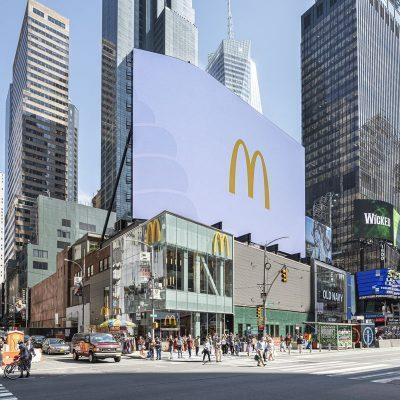 Три поверхи бургерів: як виглядає новий флагманський McDonald's в Нью-Йорку на Таймс Сквер (фотоогляд)