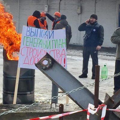 Палаючі бочки і протитанкові їжаки: підприємці ТЦ Барабашово побудували барикади (+фото)