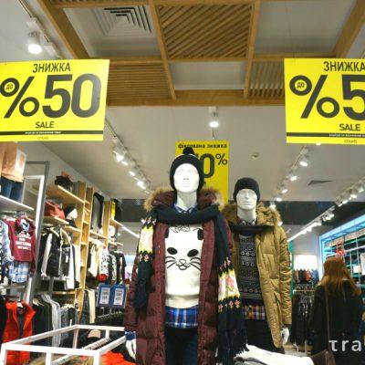 Погана погода: тепла зима заморозила продажі українських магазинів одягу та взуття