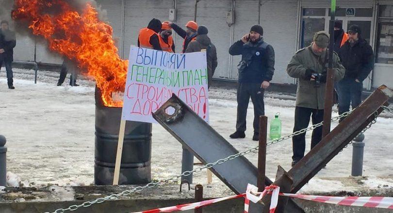 Зіткнення в Харкові на ринку Барабашово: чутні вибухи, горіла стела (відео)