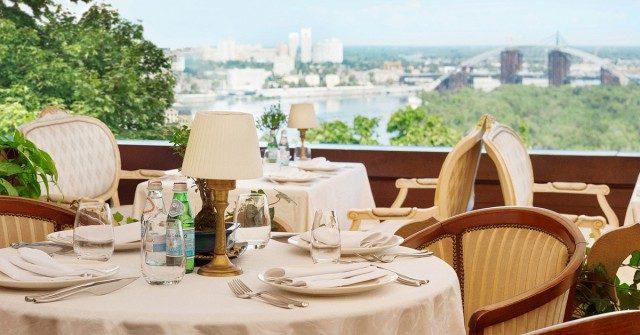 Столик на одного: після відкриття літніх терас кількість працюючих ресторанів зросла на 18%
